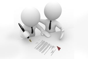 Les associés lisent, relisent, paraphent, datent et signent les dossiers